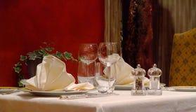 Tabelleneinstellung in einer französischen Gaststätte Lizenzfreie Stockfotografie