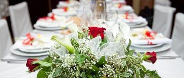 Tabelleneinstellung an einer Gaststätte. Lizenzfreies Stockbild