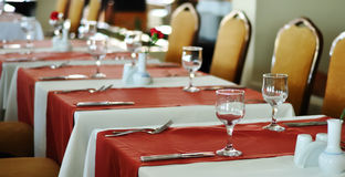 Tabelleneinstellung für ein Abendessenereignis Stockfoto
