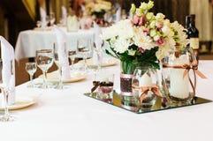 Tabelleneinstellung für Hochzeitsabendessen Lizenzfreies Stockfoto