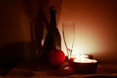 Tabelleneinstellung für Valentinsgrußtag Lizenzfreie Stockbilder