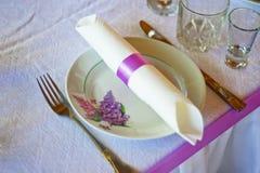 Tabelleneinstellung für das Geldstrafenspeisen oder -party inrestaurant Einrichtung des Tischbestecks und der Platte für Heiratsf Stockbild