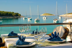 Tabelleneinstellungen an der Gaststätte auf Küste Lizenzfreies Stockfoto