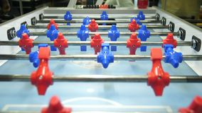 Tabellenfußball foosball Unsichtbarer spielender Tischfußball Unbekanntes spielendes foosball Die Gesellschaftsspielspieler Die Z stock video
