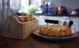 Tabellenkasten-Frucht der Apfelkuchennahaufnahmeplatte Innenküche der hölzernen Stockfotos