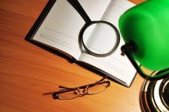 Tabellenlampe und Ziehwerkzeuge Lizenzfreie Stockfotografie