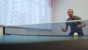 Tabellenlebensstil-Tennis-Rückhandkonzept Zeitlupevideo Unscharfer Fokusmann, der Ausbildungstischtennis der Sport spielt stock video footage