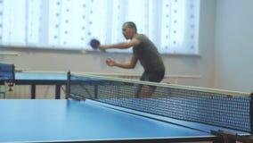 Tabellenlebensstil-Tennis-R?ckhandkonzept unscharfer Fokusmann, der Ausbildungstischtennis der Sport aktiv spielt stock footage