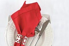 Tabellenplatzeinstellung mit roter Serviette Stockbilder