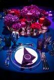 Tabellensatz für die Heirat oder ein anderes versorgtes Ereignisabendessen Lizenzfreie Stockfotos