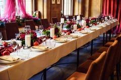 Tabellensatz für die Heirat oder ein anderes versorgtes Ereignisabendessen Stockfoto