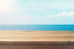 Tabellenspott herauf Schablone über Seehintergrund stockbild