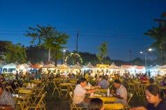 Tabellenstuhl und -Lebensmittelladen in der Messe auf städtischem von Thailand wie Stockbilder