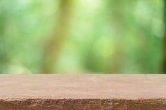 Tabellenunschärfebäume des hölzernen Brettes können leere im Waldhintergrund - für Anzeige oder Montage benutzt werden Ihre Produ Lizenzfreie Stockfotografie