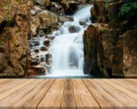 Tabellenunschärfewasserfall des hölzernen Brettes leerer im Wald - kann für Anzeige oder Montage verwendet werden Ihre Produkte lizenzfreie stockfotografie