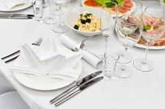 Tabellenverabredungen für Abendessen in der Gaststätte Stockbild