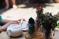 Tabeller av det traditionella utomhus- kafét Royaltyfri Fotografi