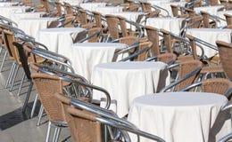 Tabeller av en utomhus- stång med vita borddukar Arkivbild