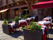 Tabeller av restaurangen på Campo kvadrerar Piazza del Campo i Siena Arkivbild