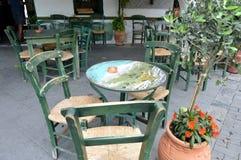 Tabeller av restaurangen på en terrass Arkivbild