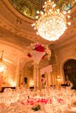 Tabeller för Lit för rum och för stearinljus för mottagande för renässansstilbröllop Royaltyfri Foto