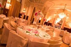 Tabeller för Lit för rum och för stearinljus för mottagande för renässansstilbröllop Arkivbild