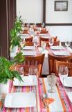 Tabeller för tom set inom den klassiska restaurangen Royaltyfri Bild
