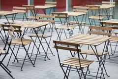 Tabeller för tom trottoar för kafé trämed stolar Royaltyfri Bild