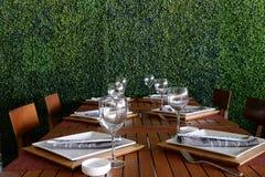 Tabeller i asiatisk restaurang arkivfoton