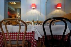 Tabeller i italiensk restaurang Royaltyfria Bilder