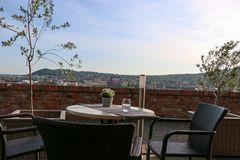 Tabeller med stolar på terrass av den kust- restaurangen Royaltyfria Foton