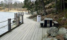Tabeller och bänkar på strandpromenaden på Värmdö i Stockholm Royaltyfri Fotografi