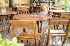 Tabeller och många stolar på en terrass Royaltyfri Fotografi