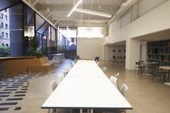 Tabeller och placering i en tom kafeteria för företags affär Arkivbilder