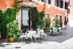 Tabeller och stolar framme av hotellet Royaltyfria Foton