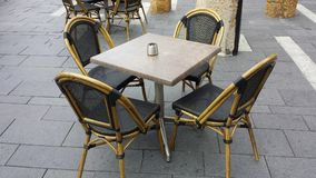 Tabeller och stolar Gatakafé och restaurangtabeller och stolar Royaltyfria Bilder