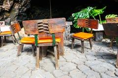 Tabeller och stolar i den vulkaniska grottan, Lanzarote, Spanien Arkivfoto
