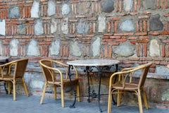 Tabeller och stolar i utomhus- kafé royaltyfri bild