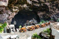 Tabeller och stolar i vulkanisk grotta i Jameos del Agua, Lanzarote Arkivfoto
