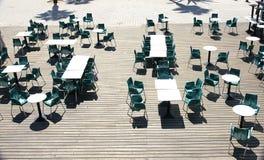 Tabeller och stolar på en terrass Arkivbild