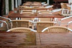 Tabeller och stolar på en terrass från restaurangen Royaltyfri Foto