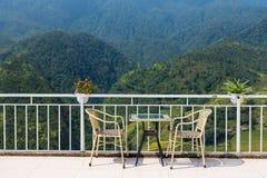 Tabeller och stolar på terrass och trevlig sikt Royaltyfri Foto