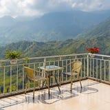 Tabeller och stolar på terrass och trevlig sikt Royaltyfri Bild