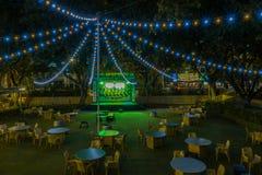 Tabeller på det utomhus- kafét på natten royaltyfri fotografi