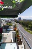Tabeller på en terrass i en himmelstång Royaltyfri Foto