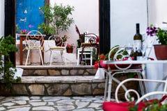 Tabeller på gator av Parga, Grekland arkivbild