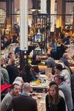 Tabeller på maten Hallen Arkivfoto