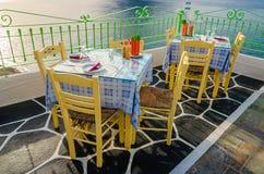 Tabeller på restaurangen med nationella grekiska färger Royaltyfri Foto