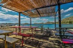 Tabeller på strandrestaurangen Arkivfoto