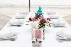Tabeller som dekoreras för ett bröllopmottagande. Arkivbilder